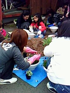 親子で春の寄せ植え体験