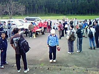 河和田地区体協と越の邦地球環境会議、NPOかわだ夢グリーン共催で登山とどんぐりの植樹