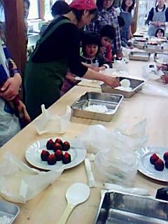 母親クラブ花みずき「いちご大福とパンづくり」体験