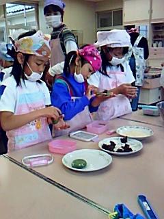二年生が、よもぎ餅を作り