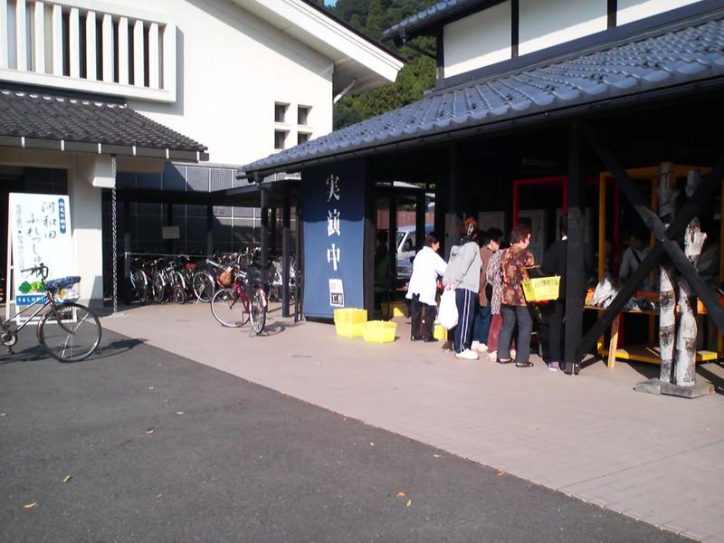 うるしの里会館・河和田ふれっしゅ市秋野菜で賑わう