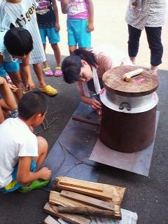 竈で薪を使ってご飯焚きを体験
