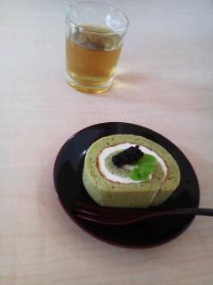 塩麹入り生クリームの桑葉ロールケーキ