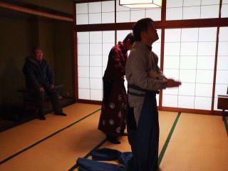 第3回「狂言inかわだ」お兄ちゃんグループ増沢先生のご指導で練習中、鯖江公民館で