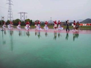 カラーガード隊先頭に鯖江丹生消防大会始まりました
