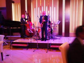 「comfortさばえ」白井さんのジャズ、流れています
